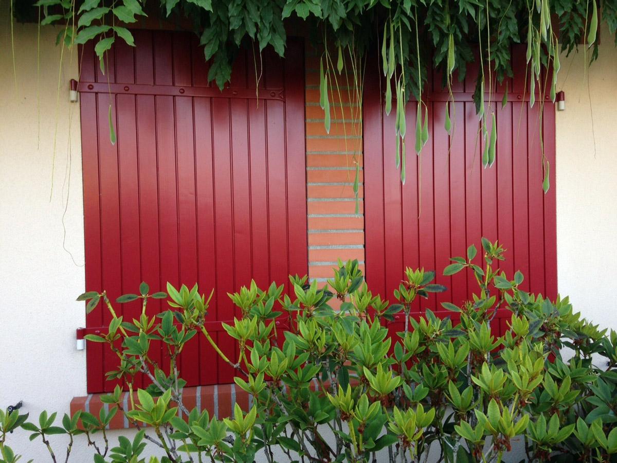 volets rouges rénovés